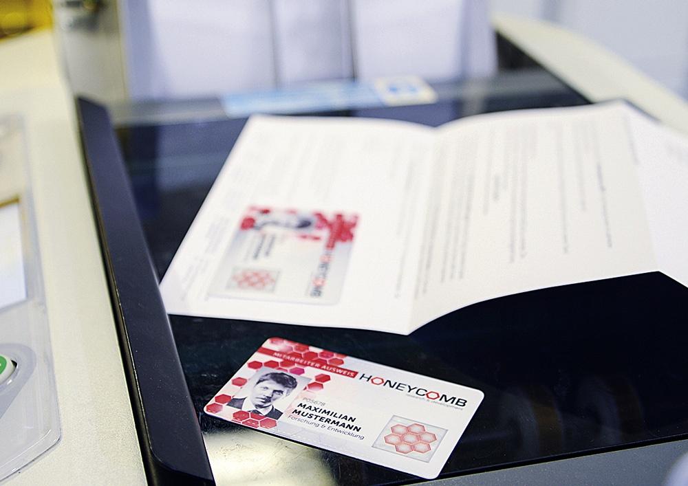 Brief mit aufgeklebter Karte Unternehmensausweis von Max Mustermann