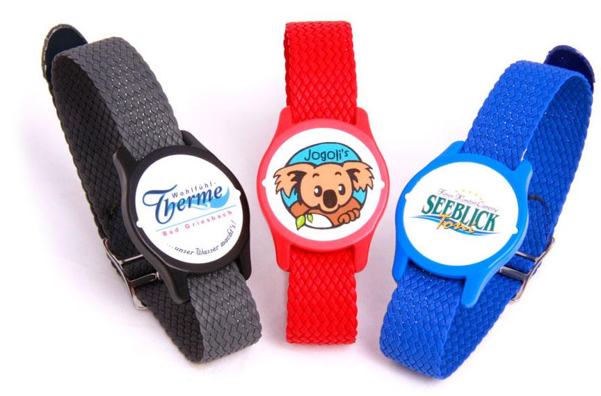 Uhrentransponder Classic mit Perlon-Armband mit bedrucktem Deckel, schwarz, rot und blau