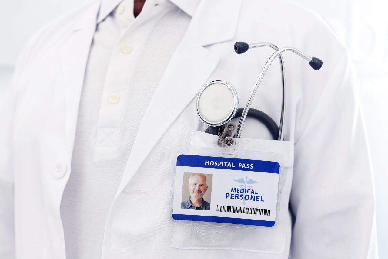 Arzt mit Kittel, Stetoskop und Krankenhausausweis