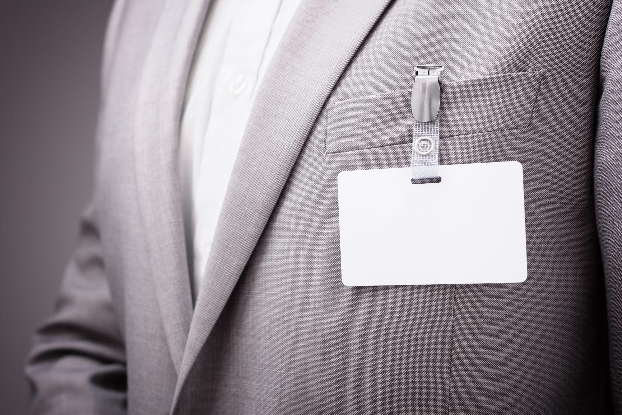 Kartenclip mit gelochter Ausweiskarte an Jacket-Tasche