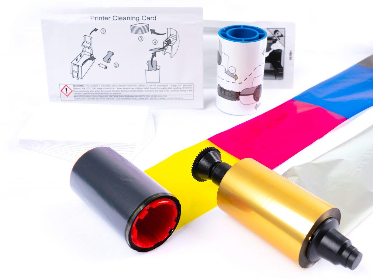 Farbbänder, Reinigungsmaterial und Kartenrohlinge