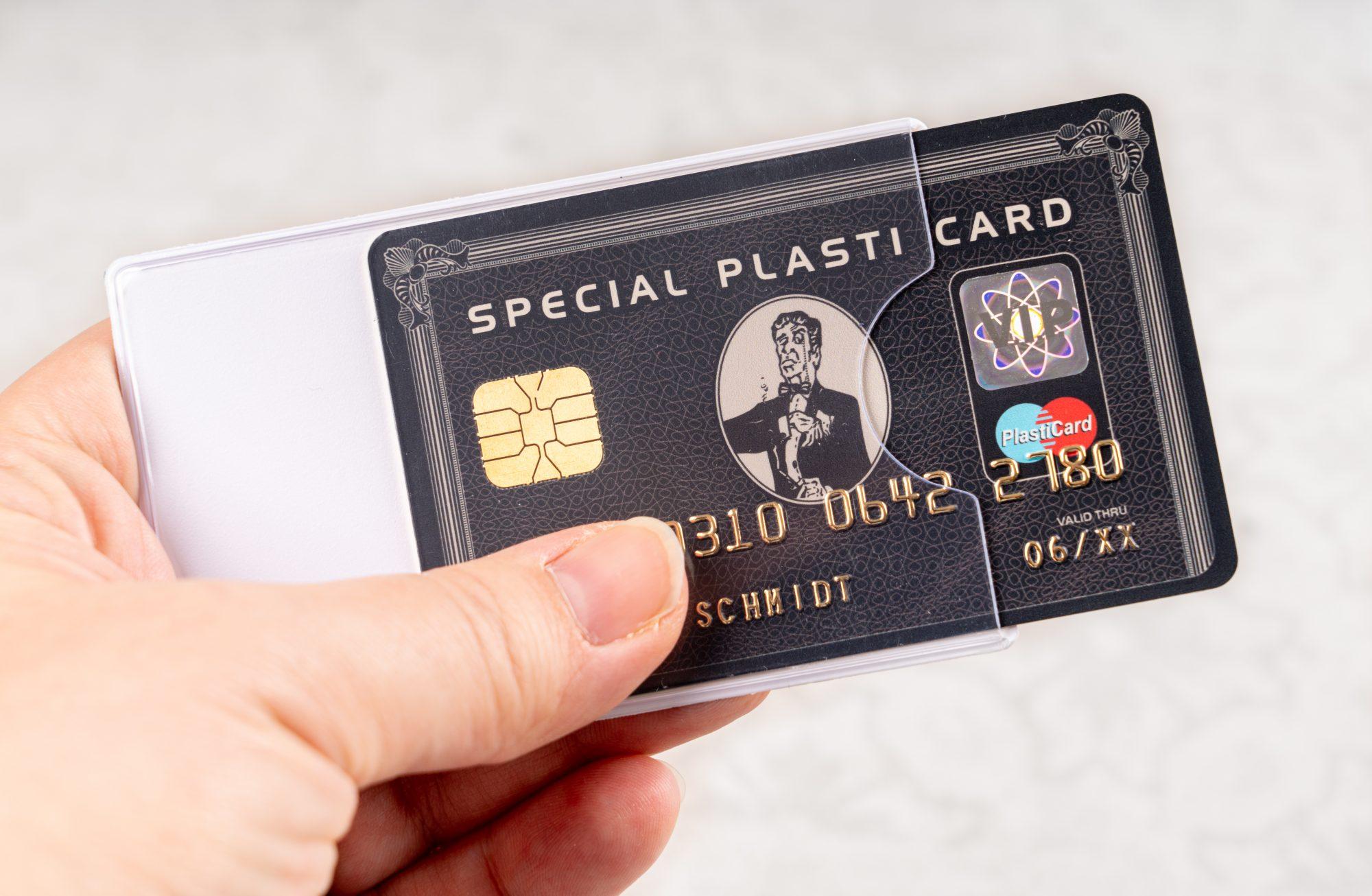 Kreditkarte in transparenter Schutzhülle aus Hart-PVC