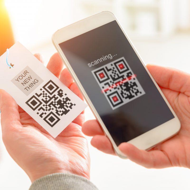 QR Code auf Etikett wird mit Smartphone gescannt